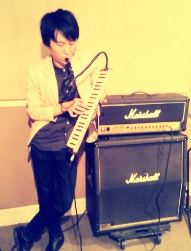 歌いながらドラム叩きながら鍵盤を弾く