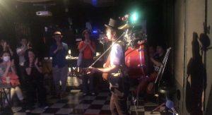 ライブハウスでバッキバキのワンマンバンド