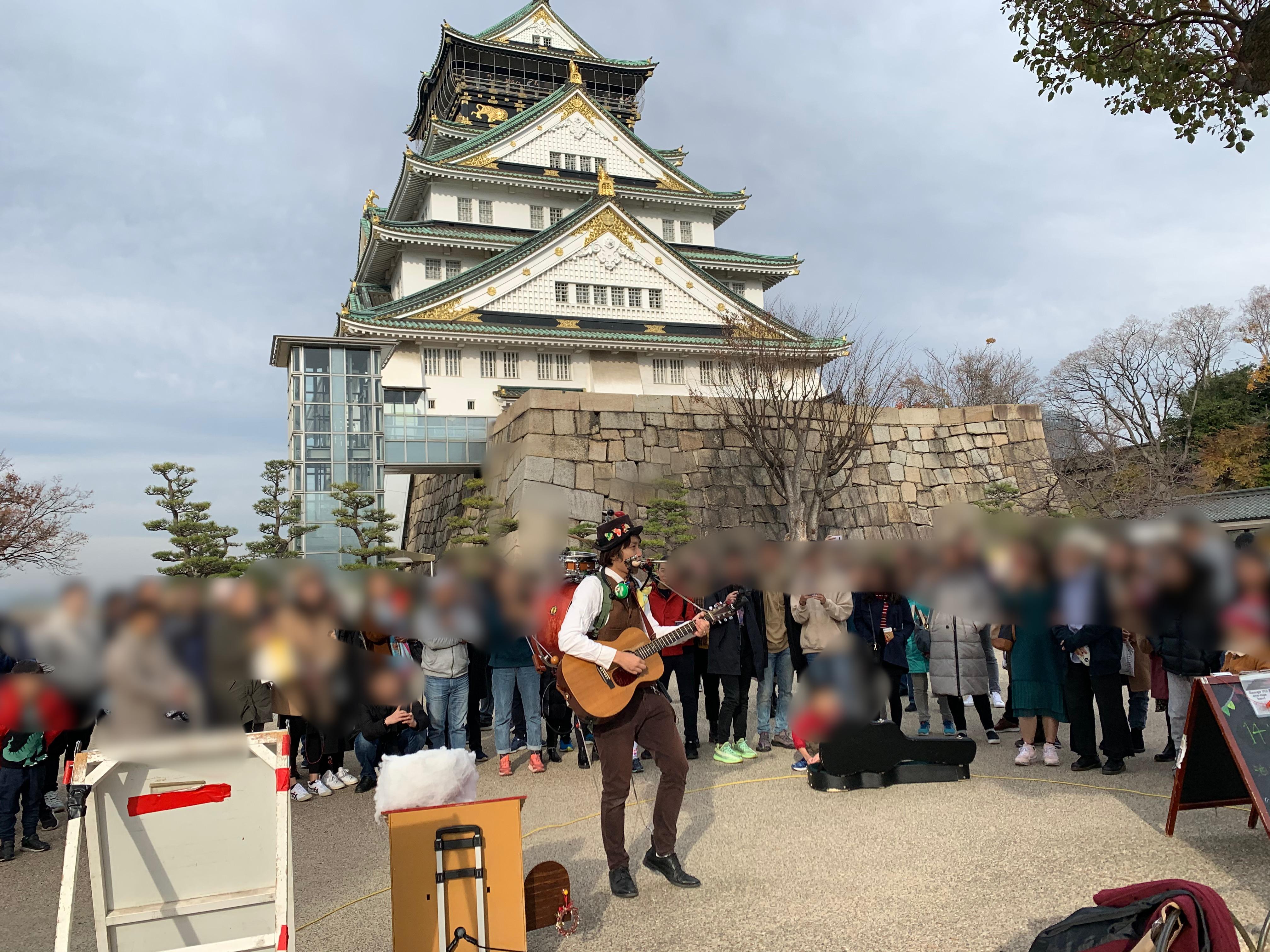 大阪城天守閣の下で